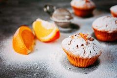 Selbst gemachte kleine Kuchen mit Orangen Lizenzfreie Stockfotos
