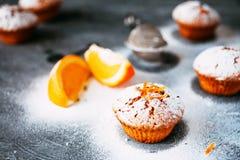 Selbst gemachte kleine Kuchen mit Orangen Stockfoto