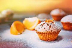 Selbst gemachte kleine Kuchen mit Orangen Stockbilder