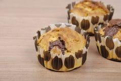 Selbst gemachte kleine Kuchen mit Schokolade auf einem Holztisch lizenzfreies stockfoto