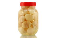 Selbst gemachte konservierte Knoblauchessiggurke im Essig, Salz Stockfotografie