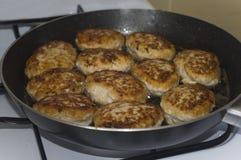 Selbst gemachte Koteletts bereiten sich auf eine Bratpfanne vor Lizenzfreie Stockfotos