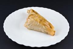 Selbst gemachte Kuchen - Baklava - auf einer weißen Platte Stockfotografie