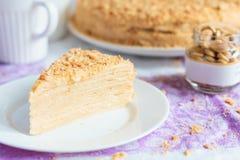 Selbst gemachte Kuchenscheibe Mille-feuille Napoleon auf der Platte Stockfoto