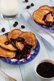 Selbst gemachte ländliche Pfannkuchen mit Korinthenmarmelade Lizenzfreie Stockfotografie