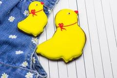 Selbst gemachte Lebkuchenhühner und -jeans Stockfoto