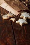 selbst gemachte Lebkuchenplätzchen auf Holz Lizenzfreies Stockfoto