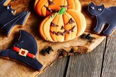 Selbst gemachte Lebkuchenplätzchen Halloweens Stockfotos