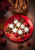 Selbst gemachte Lebkuchensternplätzchen für Weihnachten stockfotos