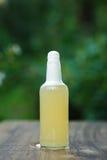 Selbst gemachte Limonade in der Glasflasche auf bokeh Hintergrund Lizenzfreie Stockbilder