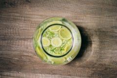 Selbst gemachte Limonade des älteren Blumensommers Stockfotos