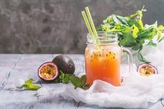 Selbst gemachte Limonade mit Maracuja lizenzfreies stockbild