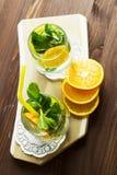 Selbst gemachte Limonade mit Orange und Minze Stockfotos