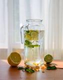 Selbst gemachte Limonade mit zerstreuten Zitrusfrüchten und anderen Bestandteilen Stockfoto