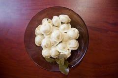 Selbst gemachte Mehlklöße in einer Platte Lizenzfreie Stockbilder