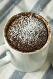Selbst gemachte Mikrowellen-Schokoladen-Becher-Schokoladenkuchen lizenzfreie stockfotos