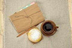 Selbst gemachte Milchkekse, ein Tasse Kaffee und Notizblock Stockfotos