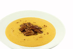 Selbst gemachte Moschuskürbis-Suppe mit kandierten Pekannüssen Stockfotos