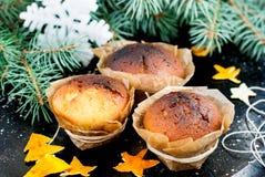 Selbst gemachte Muffins im braunen Papier Lizenzfreie Stockbilder