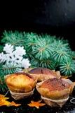 Selbst gemachte Muffins im braunen Papier Lizenzfreie Stockfotos