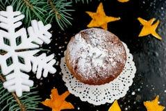Selbst gemachte Muffins mit Puderzucker auf einem dunklen Hintergrund Stockbild