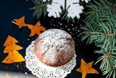 Selbst gemachte Muffins mit Puderzucker auf einem dunklen Hintergrund Lizenzfreies Stockfoto