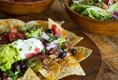 Selbst gemachte Nachos mit Tortilla-Chips Käse und Guacamole lizenzfreie stockbilder