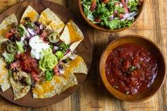 Selbst gemachte Nachos mit Tortilla-Chips Käse und Guacamole lizenzfreie stockfotografie