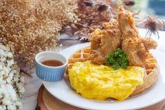 Selbst gemachte Omelettwaffel mit gebratenem Huhn Lizenzfreies Stockbild