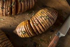 Selbst gemachte organische Hasselback-Süßkartoffel Stockfoto
