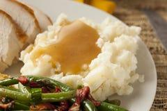 Selbst gemachte organische Kartoffelpürees mit Soße Lizenzfreies Stockfoto