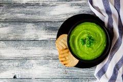 Selbst gemachte Püreesuppe mit grünen Erbsen und Mikrogrüns vorgewählt Lizenzfreies Stockbild