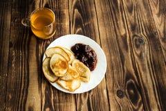 Selbst gemachte pancackes des strengen Vegetariers mit Stau und Tee Stockfoto