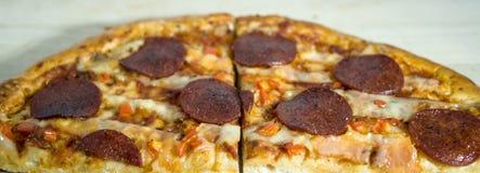Selbst gemachte Pepperonipizza auf einer dünnen Kruste lizenzfreie stockbilder