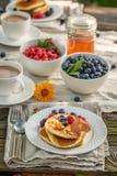 Selbst gemachte Pfannkuchen dienten mit Kaffee lizenzfreies stockfoto