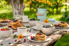 Selbst gemachte Pfannkuchen dienten mit Kaffee im Sommergarten stockbilder