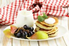Selbst gemachte Pfannkuchen mit Frucht und Jogurt Stockbilder