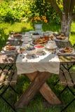 Selbst gemachte Pfannkuchen mit Himbeeren, Blaubeeren und Honig stockfotos