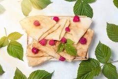 Selbst gemachte Pfannkuchen mit Honig, Himbeeren, Hüttenkäse mit Pulverzucker Flache Lage, Draufsicht Kopieren Sie Platz Eco Art Stockbild