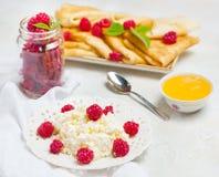 Selbst gemachte Pfannkuchen mit Honig, Himbeeren, Hüttenkäse mit Pulverzucker Flache Lage, Draufsicht Kopieren Sie Platz Eco Art Lizenzfreie Stockfotos