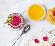 Selbst gemachte Pfannkuchen mit Honig, Himbeeren, Hüttenkäse mit Pulverzucker Flache Lage, Draufsicht Kopieren Sie Platz Eco Art Lizenzfreie Stockbilder
