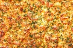 Selbst gemachte Pizza auf Pergament vom Ofen Lizenzfreie Stockfotos