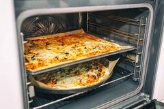 Selbst gemachte Pizza, die aus Ofen herauskommt Gesundes Nahrungsmittelkonzept Selektiver Fokus Lizenzfreies Stockbild