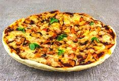 Selbst gemachte Pizza mit Meeresfrüchten auf Leinentischdecken clouse- oben Lizenzfreie Stockfotos
