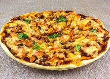 Selbst gemachte Pizza mit Meeresfrüchten auf Leinentischdecken schmückte mit m Lizenzfreie Stockfotografie