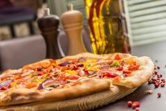 Selbst gemachte Pizza mit Pepperonis Lizenzfreies Stockfoto