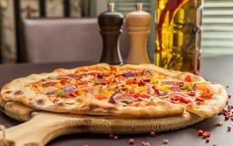 Selbst gemachte Pizza mit Pepperonis Stockbilder