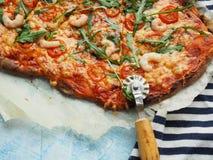 Selbst gemachte Pizza mit Tomatenarugula und -garnelen Stockfoto