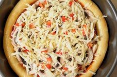 Selbst gemachte Pizza, Prozess des Kochens Schicht geriebener Käse Stockfoto