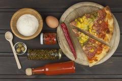 Selbst gemachte Pizza Teile Pizza auf einem dunklen Holztisch Stockfotografie